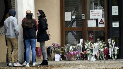 La gente dejó flores en homenaje al profesor (Bertrand GUAY / AFP)