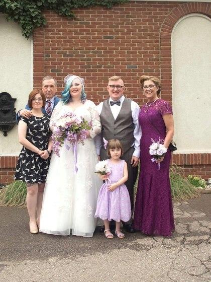 Aaron Burch con su esposa Echo el día de su boda, su hermana Alison, su padre Al, su madre Sherrill y su hija Vanna (Reuters)