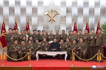"""El líder norcoreano, Kim Jong Un, posa para una fotografía después de entregar las pistolas conmemorativas """"Paektusan"""" a los principales comandantes de las fuerzas armadas en el 67º aniversario del """"Día de la Victoria en la Gran Guerra de Liberación de la Patria"""" (Reuters)"""