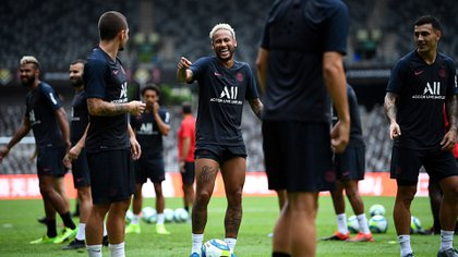 Paris Saint-Germain's Brazilian forward Neymar (C) smiles during a training session at the Shenzhen Universiade Stadium in Shenzhen on August 2, 2019, on the eve of the French Trophy of Champions football match between Rennes and Paris Saint-Germain. (Photo by FRANCK FIFE / AFP)