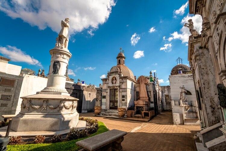 Distinguido como uno de los cementerios más hermosos del mundo, el Cementerio de la Recoleta guarda muchas historias para contar. Está ubicado en el distinguido barrio de Recoleta y contiene las tumbas de numerosas personalidades destacadas del país