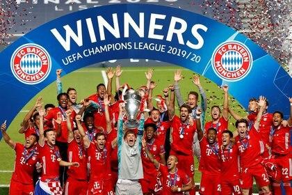 Manuel Neuer junto a sus compañeros celebran con el trofeo tras ganar la Champions League en agosto de 2020 (REUTERS/Matthew Childs/Pool/archivo)