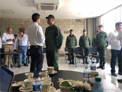 Juan Guaidó junto a militares que le juraron lealtad en la ciudad colombiana de Cúcuta