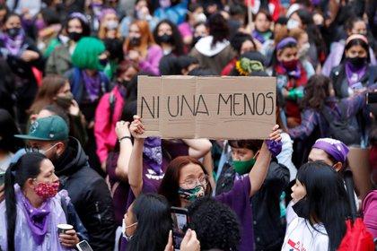 """Una mujer levanta una pancarta donde se lee """"Ni una menos"""" en Bogotá. Colombia (EFE/Archivo)"""