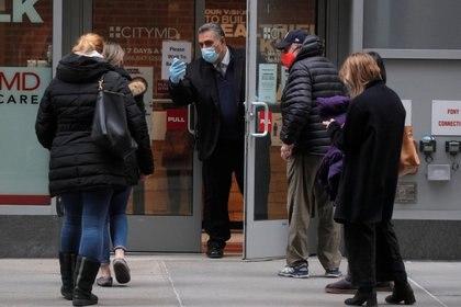 Personas hacen cola en Nueva York para ingresar a una farmacia debido a la limitación de espacio y el peligro de contagios - REUTERS/Brendan McDermid