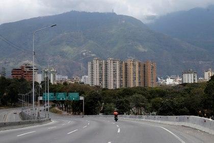 Una autopista casi sin movimiento en Carcas (Reuters)