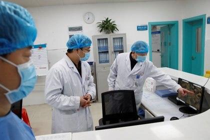 Médicos trabajan en el hospital in Yueyang, provincia china de Hunan (REUTERS/Thomas Peter)
