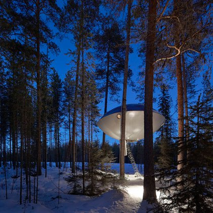 Treehotel (Harads, Suecia). Cada habitación es una casa del árbol perdida en el bosque. Se destaca especialmente esta, con forma de ovni (Hufton+Crow/View Pictures/UIG vía Getty Images)