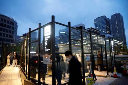 Un área exclusiva para fumadores se puede observar en Tokio, Japón en medio de la pandemia por Coronavirus -  REUTERS/Kim Kyung-Hoon