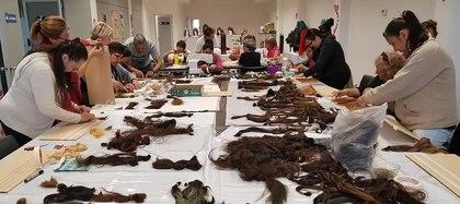 Así fue uno de los tres días del taller de confección de pelucas donde participaron hombres y mujeres
