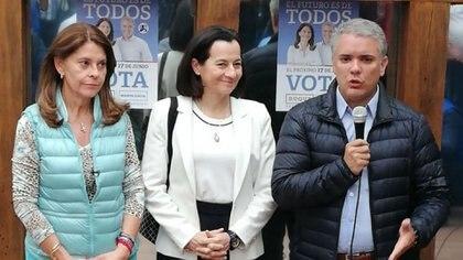 La fórmula vicepresidencial de Iván Duque, Marta Lucía Ramírez; la ex secuestrada de las FARC Clara Rojas; y el candidato uribista.