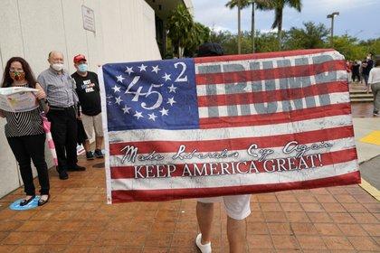 Un simpatizante de Trump en un centro de votación en Miami (AP Photo/Lynne Sladky)
