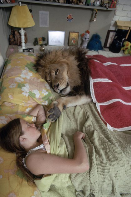 Melanie Griffith adolescente comparte cama con Neil, acurrucado bajo una colcha