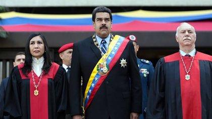 El presidente venezolano Nicolás Maduro, quien para muchos se ha convertido en un dictador tras desconocer al Parlamento, elegido legítimamente, e imponerse en elecciones presuntamente fraudulentas
