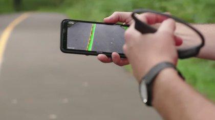 La cámara del móvil buscaba una guía física en el suelo y envía señales de audio según la posición en la que está el usuario.