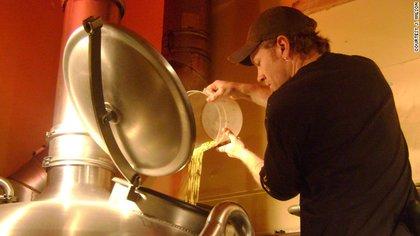 J. Wilson agrega lúpulo a la cerveza Doppelbock Illuminator, que lo sostuvo durante un ayuno de Cuaresma.