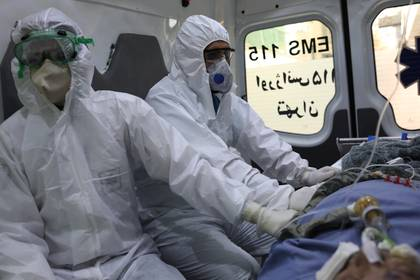 Trabajadores de Salud atendiendo enfermos de coronavirus en Irán (West Asia News Agency)/Ali Khara via REUTERS ATTENTION EDITORS - THIS PICTURE WAS PROVIDED BY A THIRD PARTY