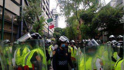 Policías resguardan el Centro Histórico (Foto: Twitter / @CarlosLoret)