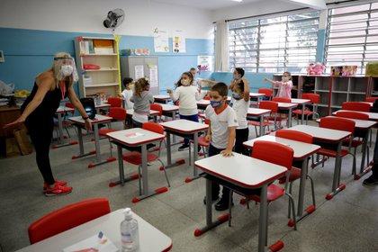 Niños retoman las clases, el 8 de febrero de 2021, en la escuela estatal Raúl Antonio Fragoso, en Sao Paulo (Brasil). EFE/Fernando Bizerra