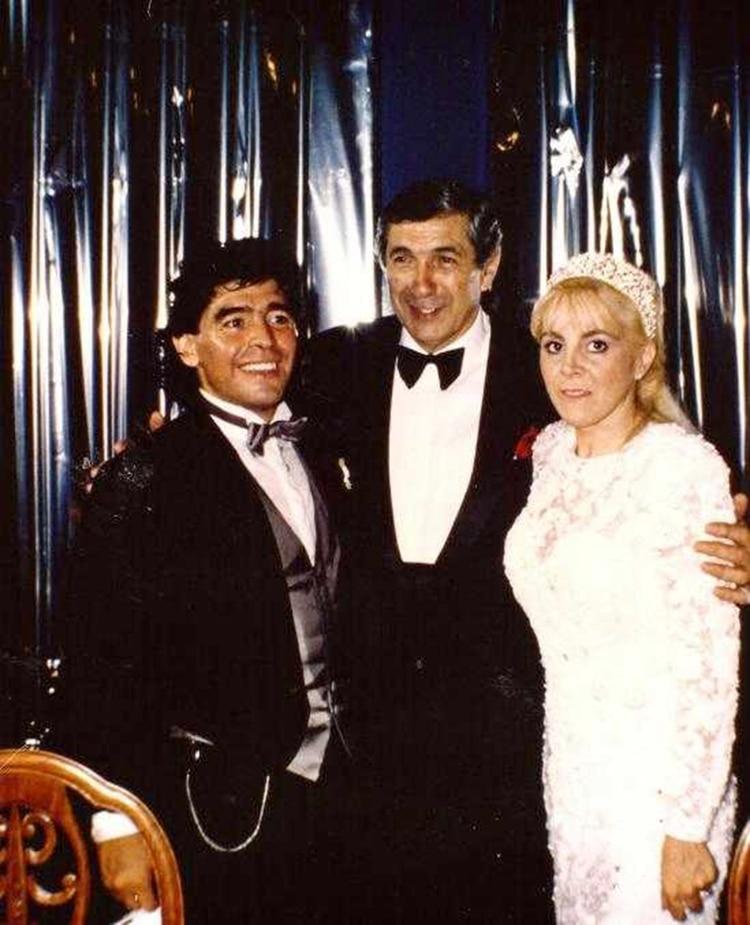 Tito Lectoure con Diego Maradona y Claudia Villafañe durante su casamiento en el Luna Park en 1989