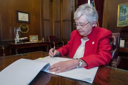 Kay Ivey, gobernadora de Alabama, firmó una de las leyes antiaborto más duras del país (Foto: Reuters)