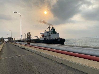 """Fotografía cedida el lunes por el Ministerio de Comunicación e Información (MinCI) de Venezuela en la que se registró el buque iraní """"Fortune"""", tras atracar en las costa de Puerto Cabello (EFE/MinCi)"""