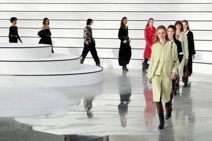La diseñadora Virginie Viard, quien fue la segunda de Karl Lagerfeld y lo sucedió tras su muerte el año pasado, presentó una colección mayormente monocromática, enfatizando estilos en blanco, negro y colores pastel