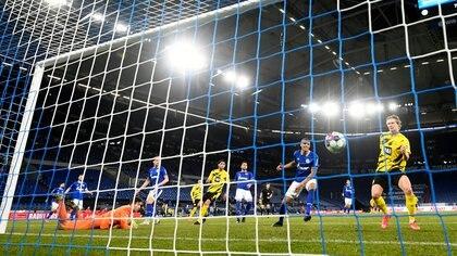El noruego ya empujó la pelota al gol para sumar su segundo del partido (Foto: Reuters)