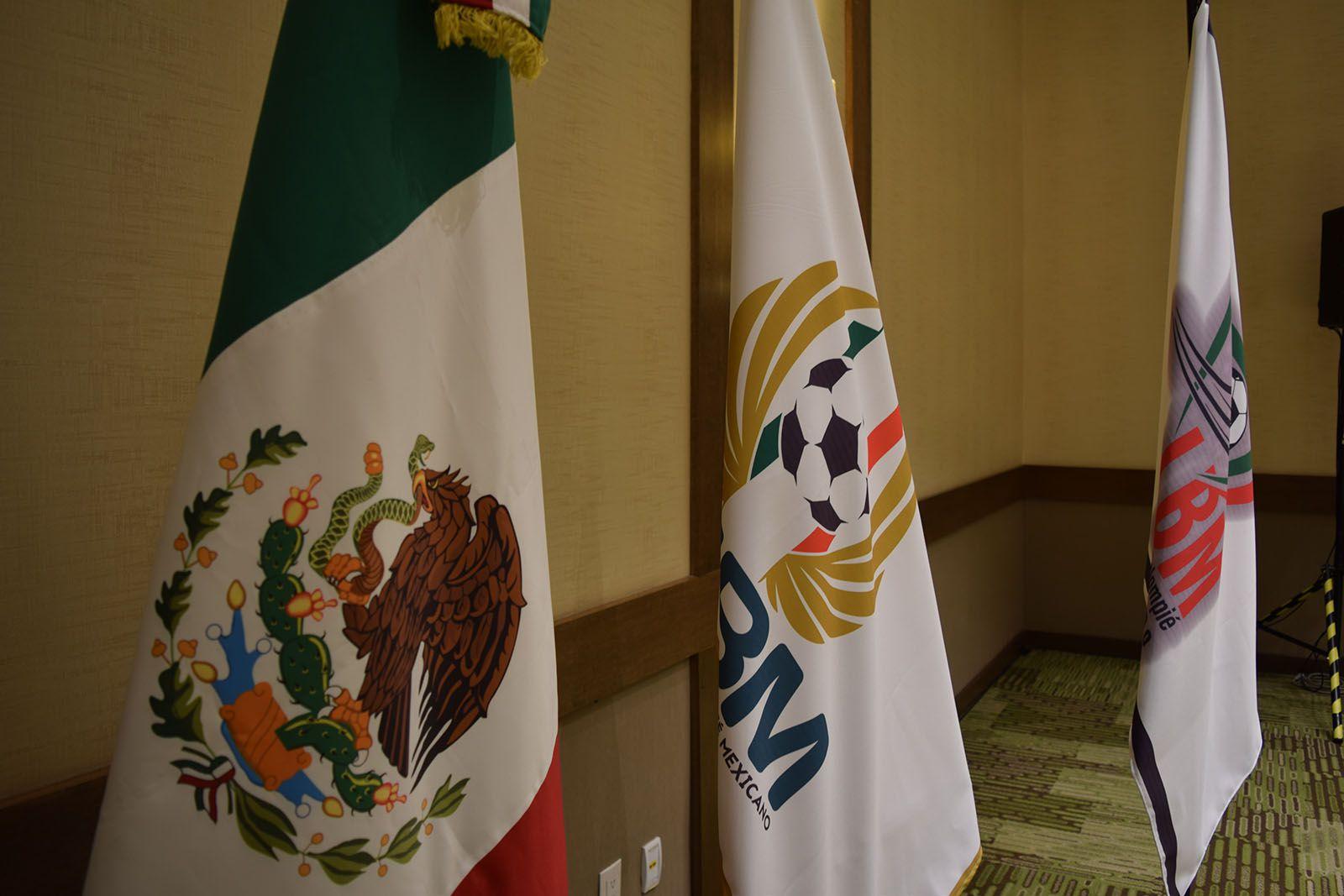 En la reunión estuvieron presentes  21 clubes, Víctor Montiel, Rafael Fonseca y Carlos Salcido (Foto: Liga de Balompié Mexicano/ Cortesía)