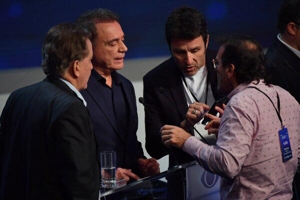 Alvaro Dias (Podemos) junto a su equipo. (AFP PHOTO / Nelson ALMEIDA)