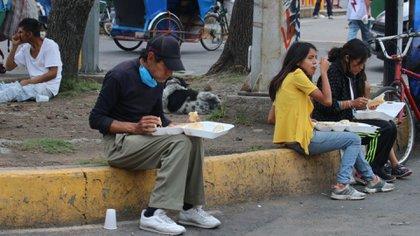 Los mexicanos con educación básica y lo que están entre los 18 y 29 años son los que más dudan de la pandemia (Foto: cuartoscuro)