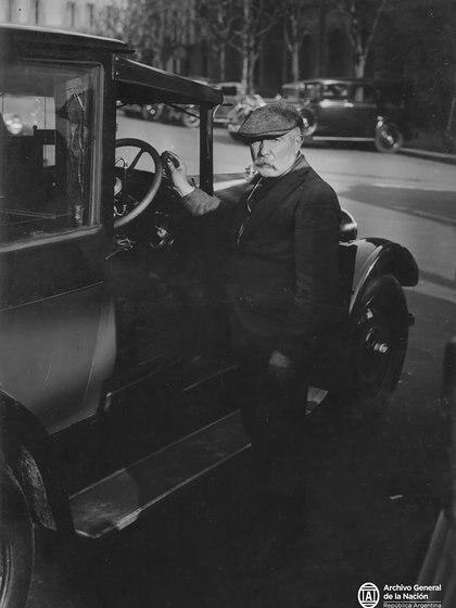 Viejo formato de conducción y un oficio de los años 20 y 30: barnizador de volantes. (Archivo General de la Nación Argentina)