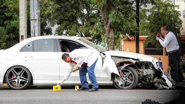 Un joven murió después de ser atacado en dos ocasiones por personas armadas mientras conducía su automóvil el Culiacán. Los peritos trasladaron a la víctima al Servicio Médico Forense (El debate)