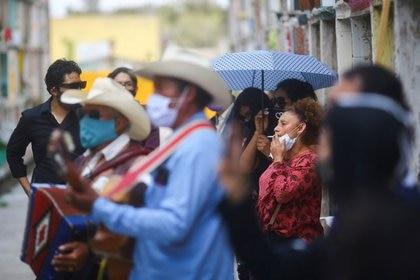 Hasta este jueves 27 de agosto hay 579,914 casos positivos acumulados y 62,594 muertes por COVID-19 en el país (Foto: Reuters)