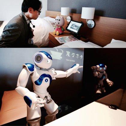 """""""Churi-chan"""" vive sobre las mesas de noche de cada una de las 72 habitaciones, a la espera de las órdenes de los huéspedes. Debajo: un duelo de robots en pleno lobby del hotel Henn-na"""