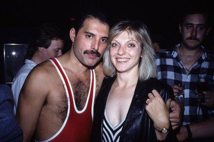 Freddie Mercury con Mary Austin, a quien le encargó qué debía hacer con las cenizas de su cuerpo (Grosby)