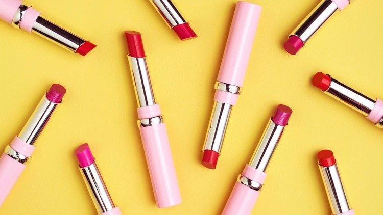 No se tiene que compartir ningún tipo de cosmético, tampoco el lápiz labial (Shutterstock)