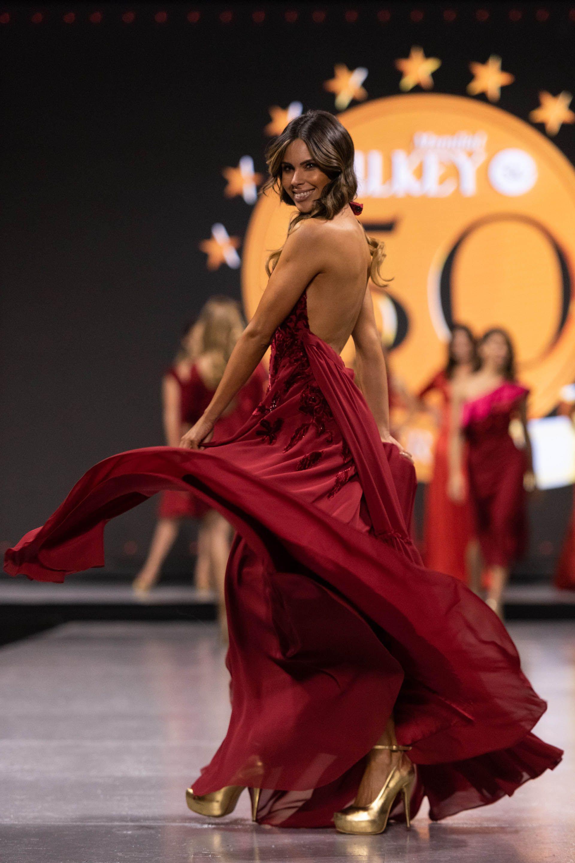 Vestidos con escotes en V, imponentes tajos y bordados para mujeres poderosas. Barby Francoen la pasada de Brezza by Natalí Márquez