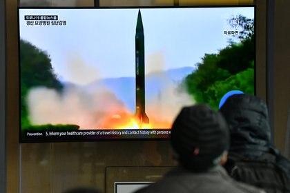 Un canal de noticias muestra una imagen de archivo de una prueba de misiles de Corea del Norte (Foto de Jung Yeon-je / AFP)