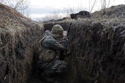 Un soldado ucraniano en una trinchera durante las nuevas refriegas con los sepratistas pro-rusos cerca de Krasnogorivka, en la región de Donetsk (28 de febrero)