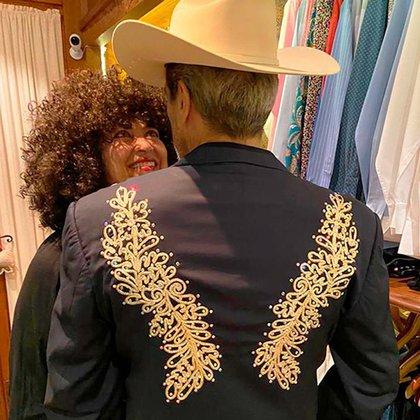 El cantante mostró la chamarra que le regaló su amigo Joan Sebastian (Foto: Instagram @diegoverdaguer)
