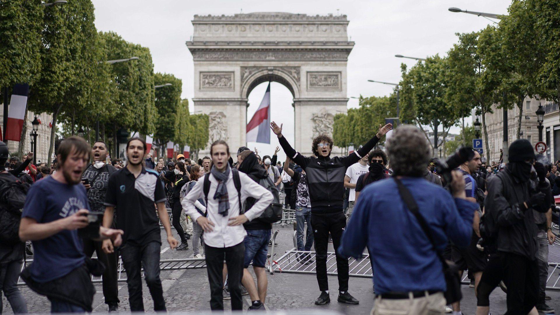 Protestas frente al Arco del Triunfo (AFP)