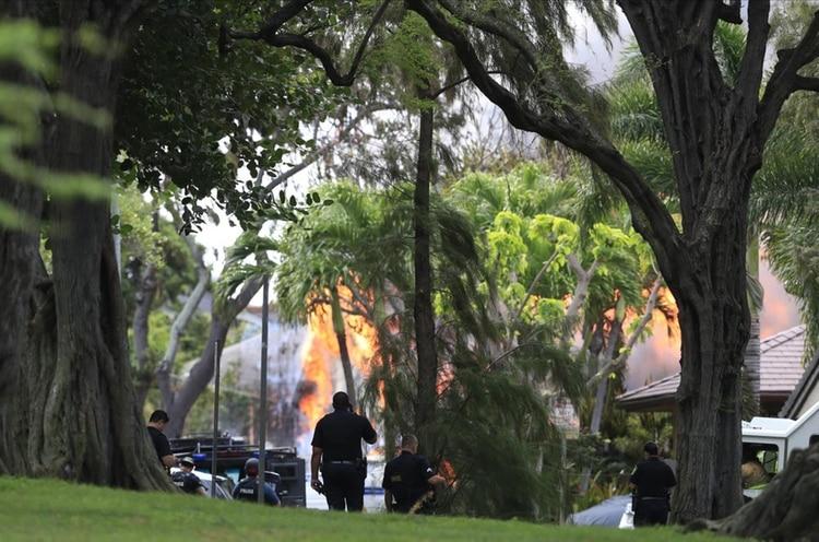 El fuego alcanzó a varias casas y los bomberos debieron trabajar a destajo para contenerlo (AP)