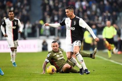 Soccer Football - Serie A - Juventus v Cagliari - Allianz Stadium, Turin, Italy - January 6, 2020  Juventus' Cristiano Ronaldo in action with Cagliari's Radja Nainggolan   REUTERS/Massimo Pinca