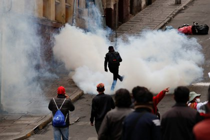 Los choques se registraban a tres cuadras de la plaza Murillo, donde simultáneamente Áñez nombraba a su nuevo mando militar