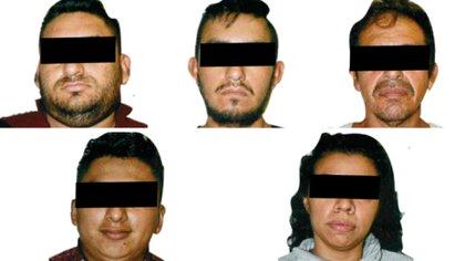 """María """"C"""", Luis """"L"""", Heberto """"R"""", Diego """"H"""", y Francisco """"O"""" y detenidos por agentes de la Guardia Nacional (GN) durante un operativo cuando viajaban en la carretera Ocozocoautla-Tuxtla Gutiérrez (Foto: Twitter/@FGR_Chis)"""