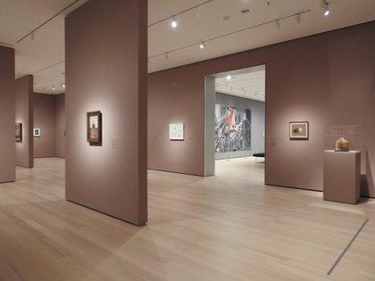Pintura, escultura, arquitectura, diseño, fotografía, medios, performance, películas y trabajos en papel se muestran juntos, en muchas ocasiones en las mismas salas (Flavia Tomaello)
