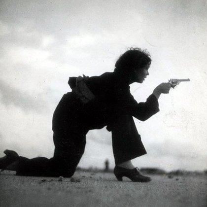 Entrenamiento de una miliciana republicana fotografiado por Gerda Taro durante la Guerra Civil Española