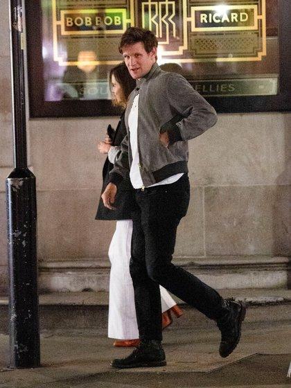 """Matt Smith y Emilia Clarke disfrutaron de una cena en un restaurante Bob Ricard, ubicado en Soho, en la ciudad de Londres. Los actores se conocieron en el rodaje de """"Terminator: Génesis"""", que fue estrenada en 2015 (Splash News/The Grosby Group)"""