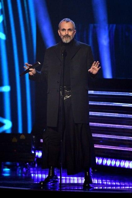 Miguel Bosé minutos antes de presentar a Maná en los Latin Grammy 2019 (Foto: Getty Images)